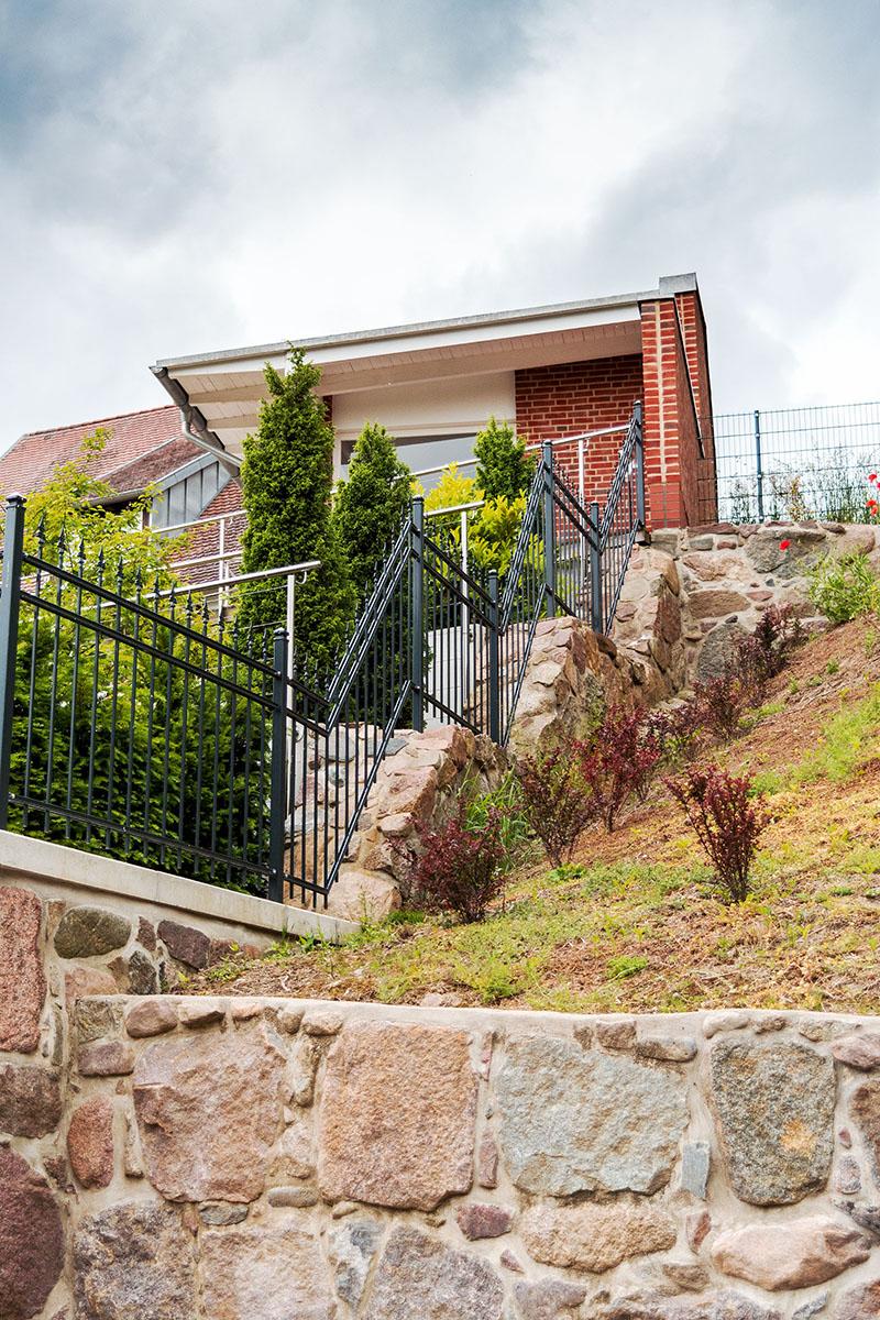 Anbau an Wohnhaus in Hanglage inkl. Außenanlagen und Stützmauern in Gützkow