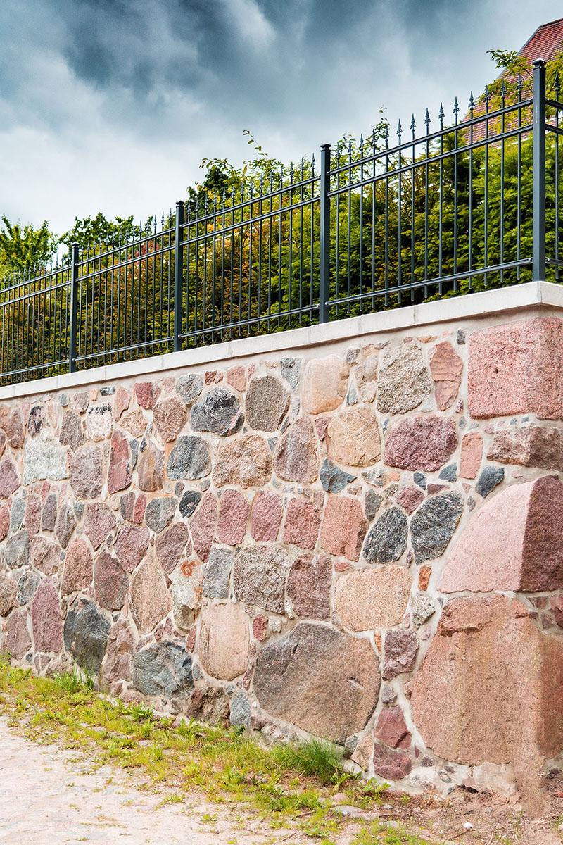 Sanierte Natursteinwand als Stützmauer